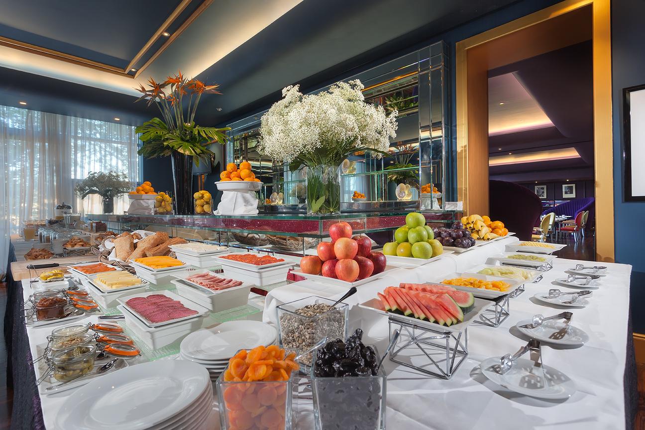 restaurant-gigis-breakfast-buffet-at-the-g-hotel-galway